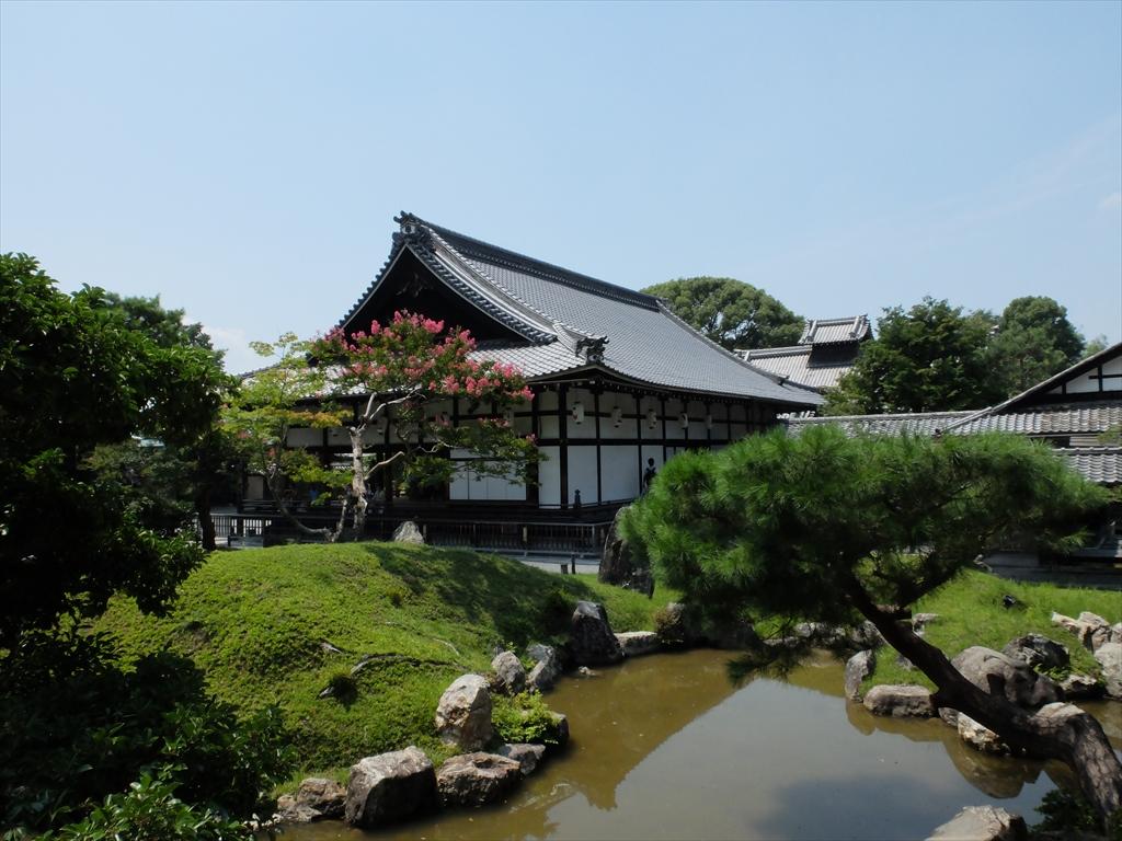 偃月池・庭園越しの方丈