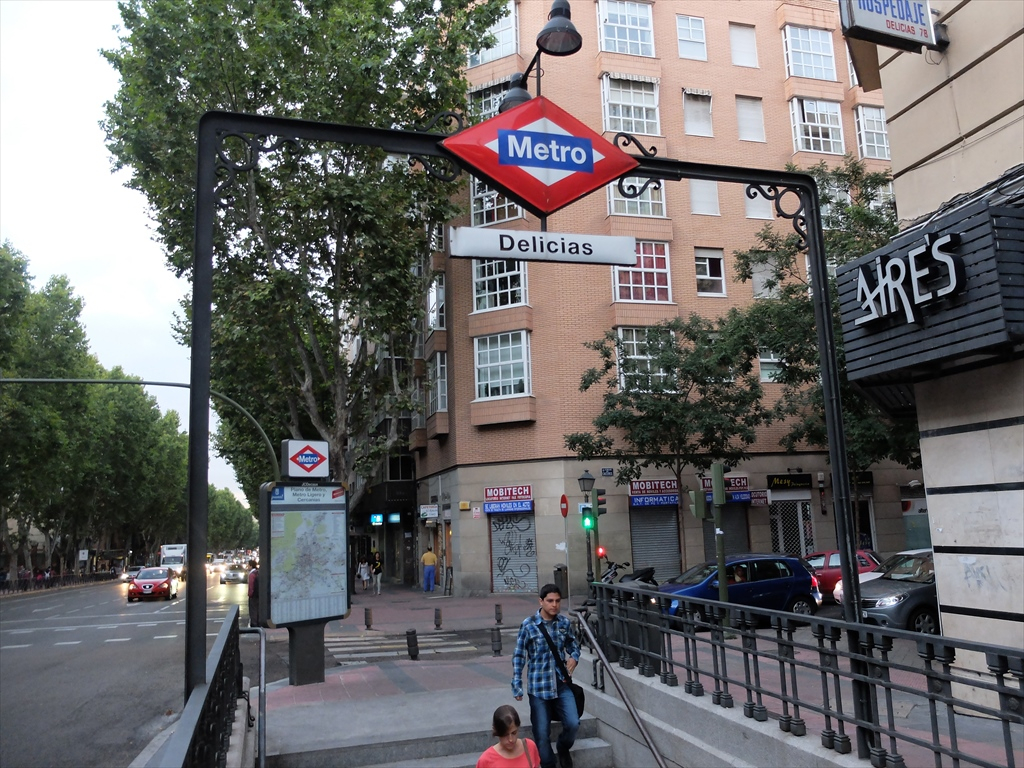 宿舎のすぐ前のメトロ2号線デリシャス駅