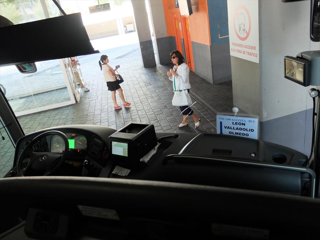 長距離バスの車内。バスはメルセデス・ベンツだ。