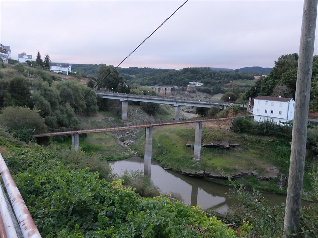 手前の橋も前日渡った橋も共に怖そうだ_2