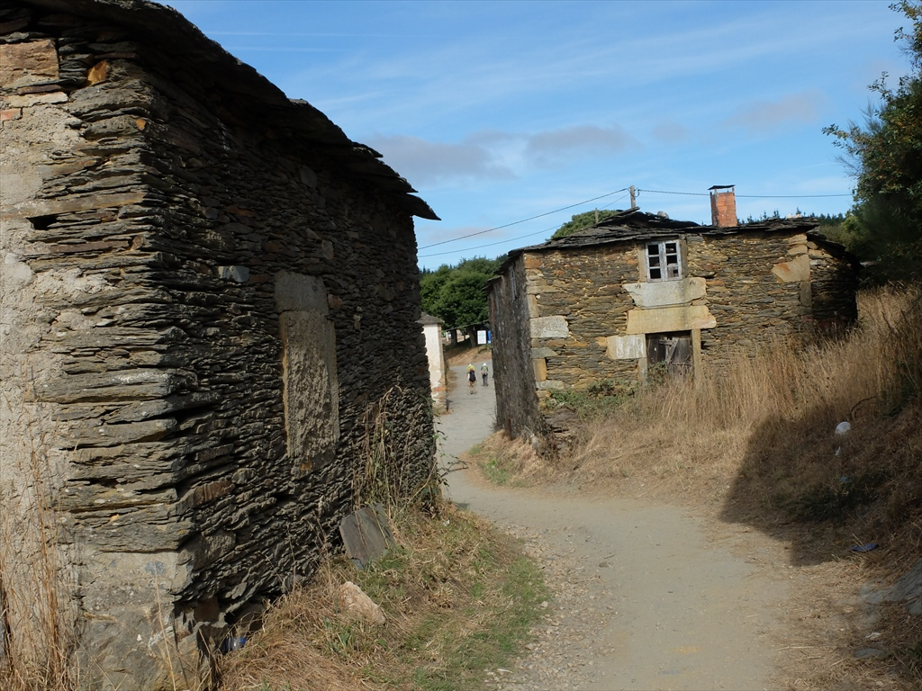 廃屋も目立つ。この集落に住民はまだ住んでいるのだろうか_1