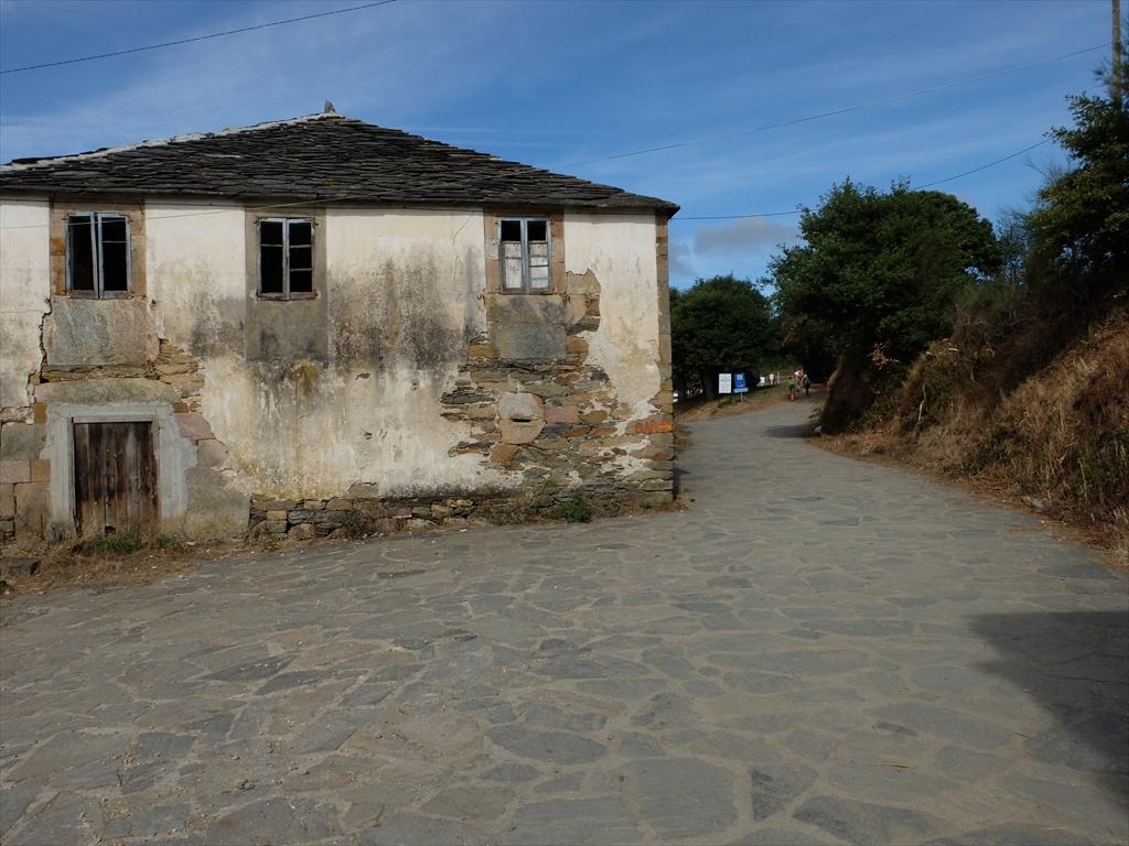 廃屋も目立つ。この集落に住民はまだ住んでいるのだろうか_2