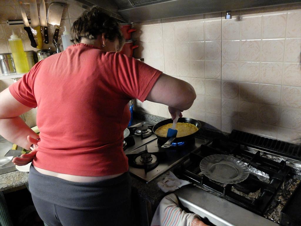 ここのおばさんがオムレツを調理しているところ_1