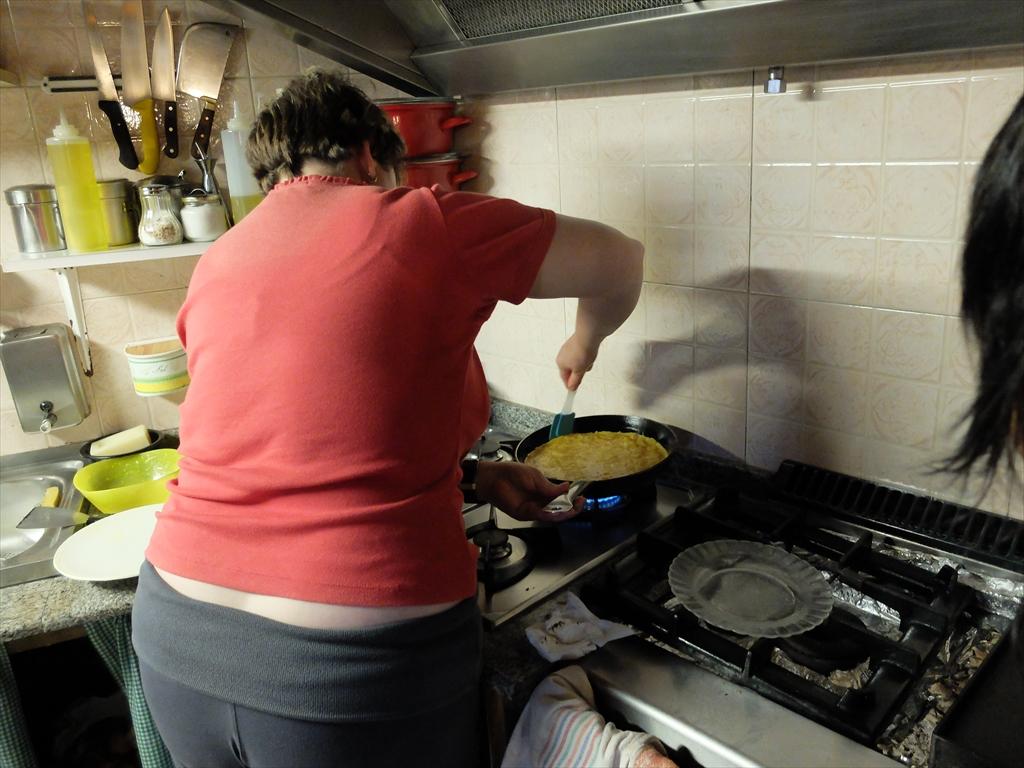 ここのおばさんがオムレツを調理しているところ_2