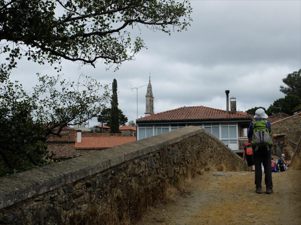 フロレスの街の入口にある中世の石橋_7