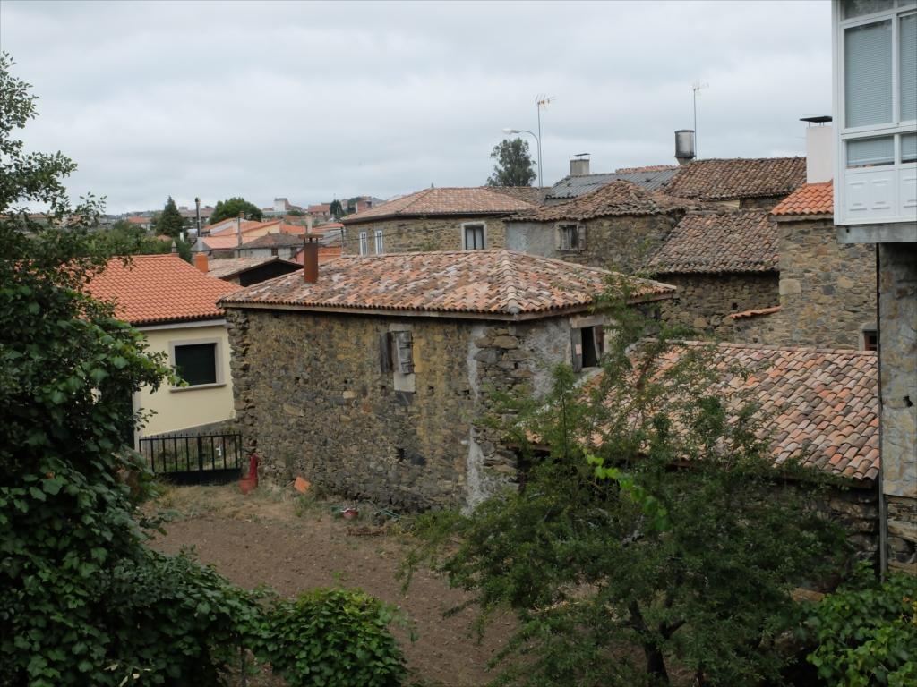 フロレスの街の入口にある中世の石橋_12
