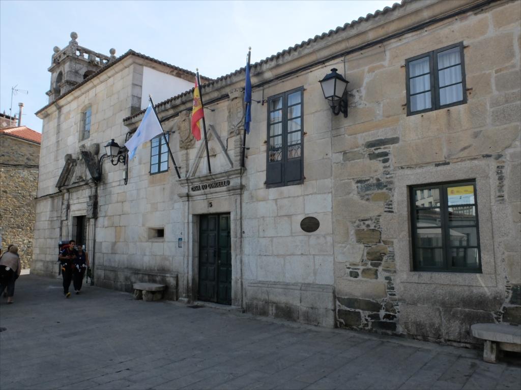 教会聖堂前にある自治体庁舎_1