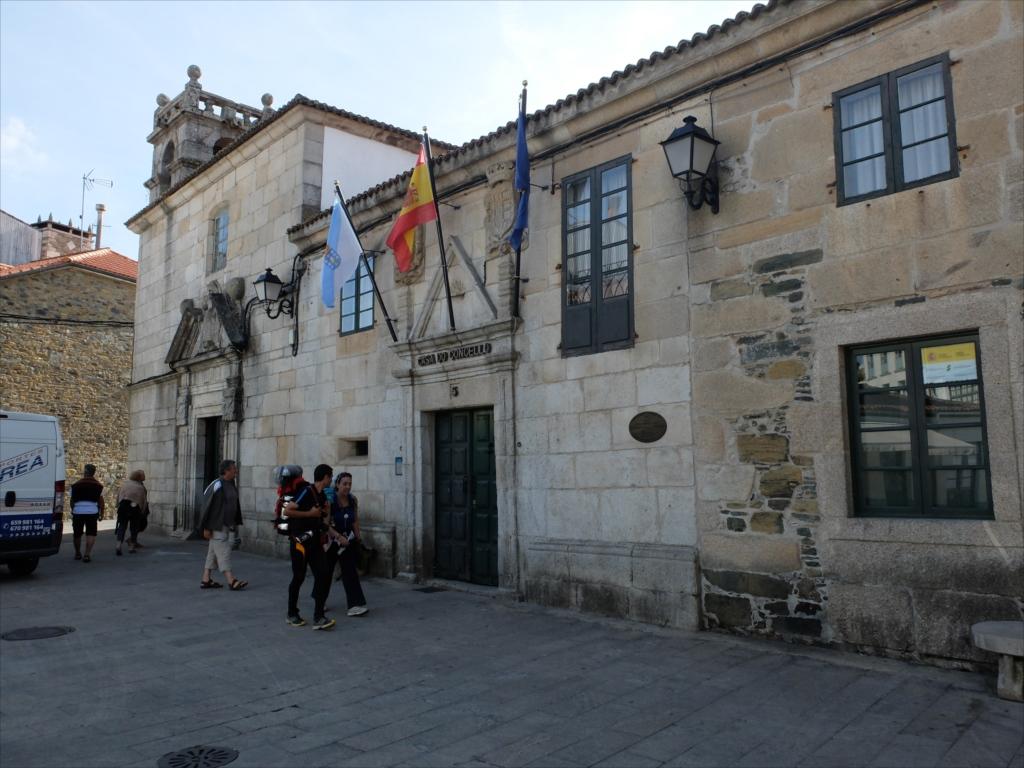 教会聖堂前にある自治体庁舎_2