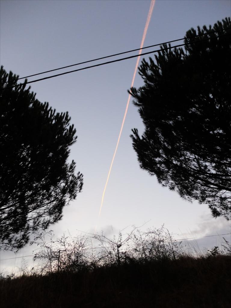 飛行機雲が朝焼けしていた_2