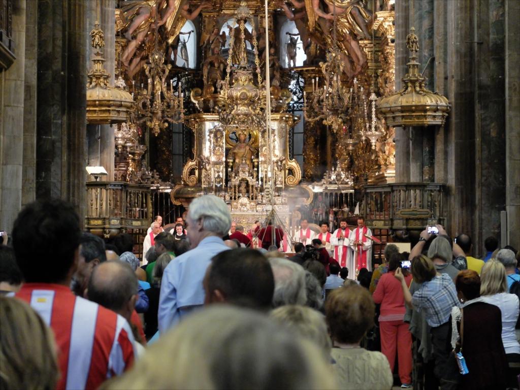火が点けられ、神父やシスターが祈りを唱える_1