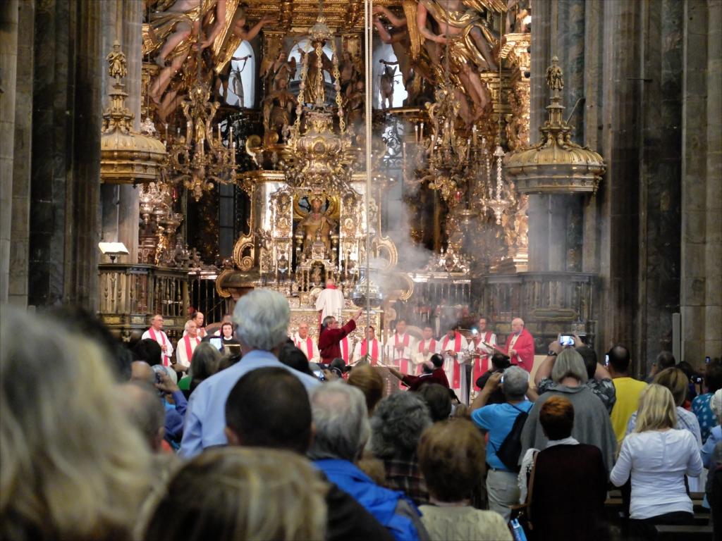 火が点けられ、神父やシスターが祈りを唱える_2