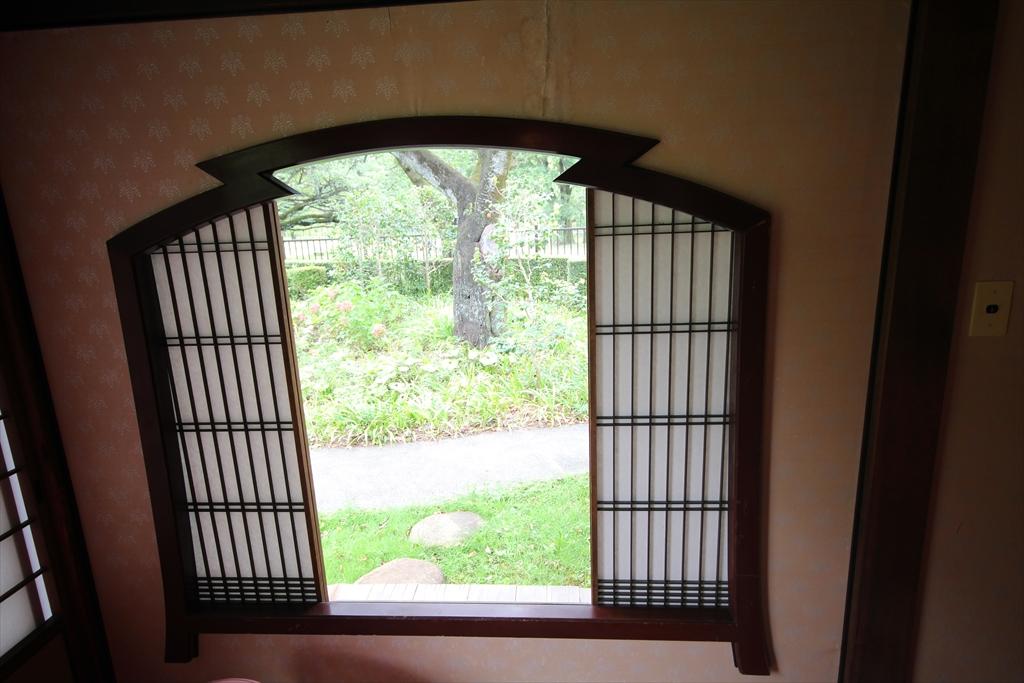 大きな櫛をかたどった障子窓