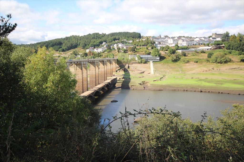 ミニョ川に架かるこの高い方の橋を渡るようだ