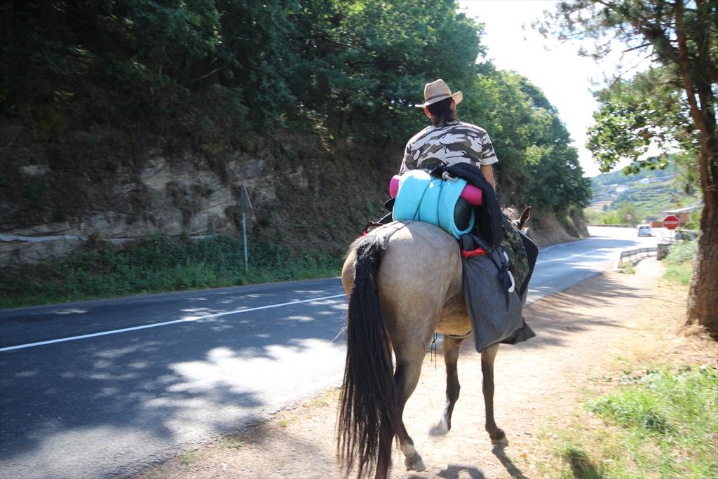 街や橋を見ながら休んでいた我々の横を馬に乗った巡礼者が通りすぎる_2