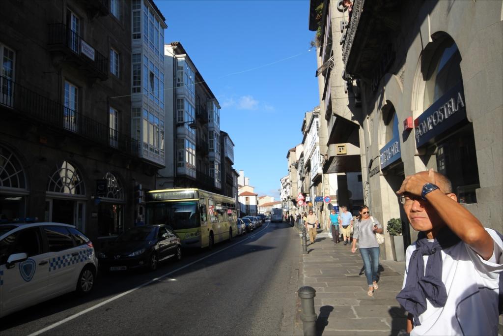ホテルを出て、旧市街を散策しながらカテドラルに向かう_1