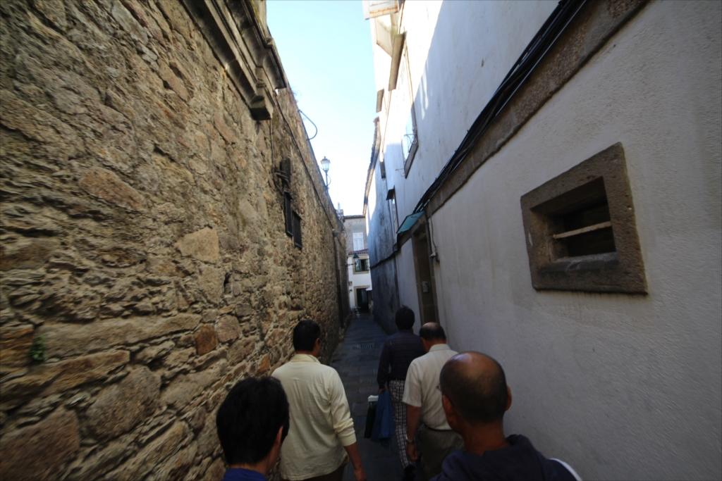 この先はスペインで一番狭い路地_1