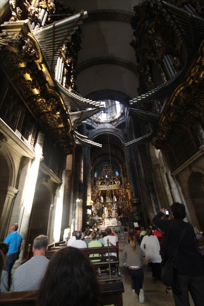 最初に出席したミサでは十字の縦棒の下の中程の部分に着席した_3