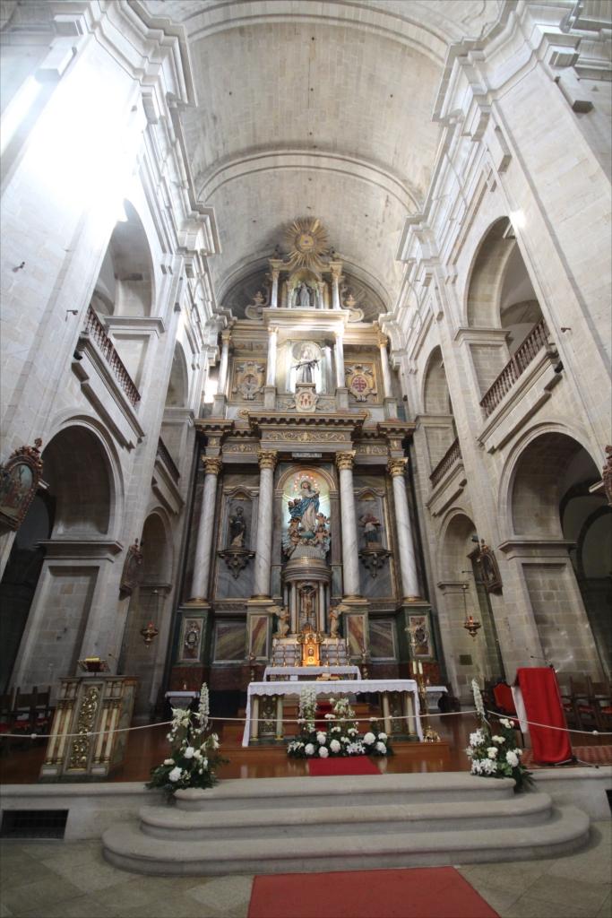 聖堂をまっすぐ最奥部まで進む_4