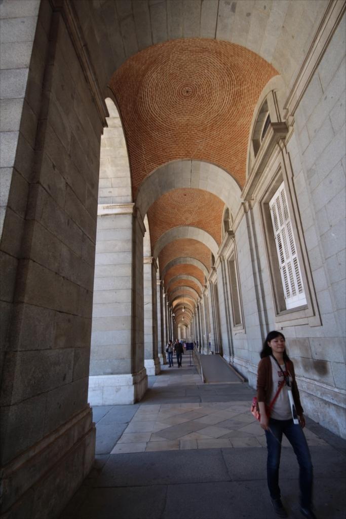 王宮中庭に沿った東側の柱廊_2