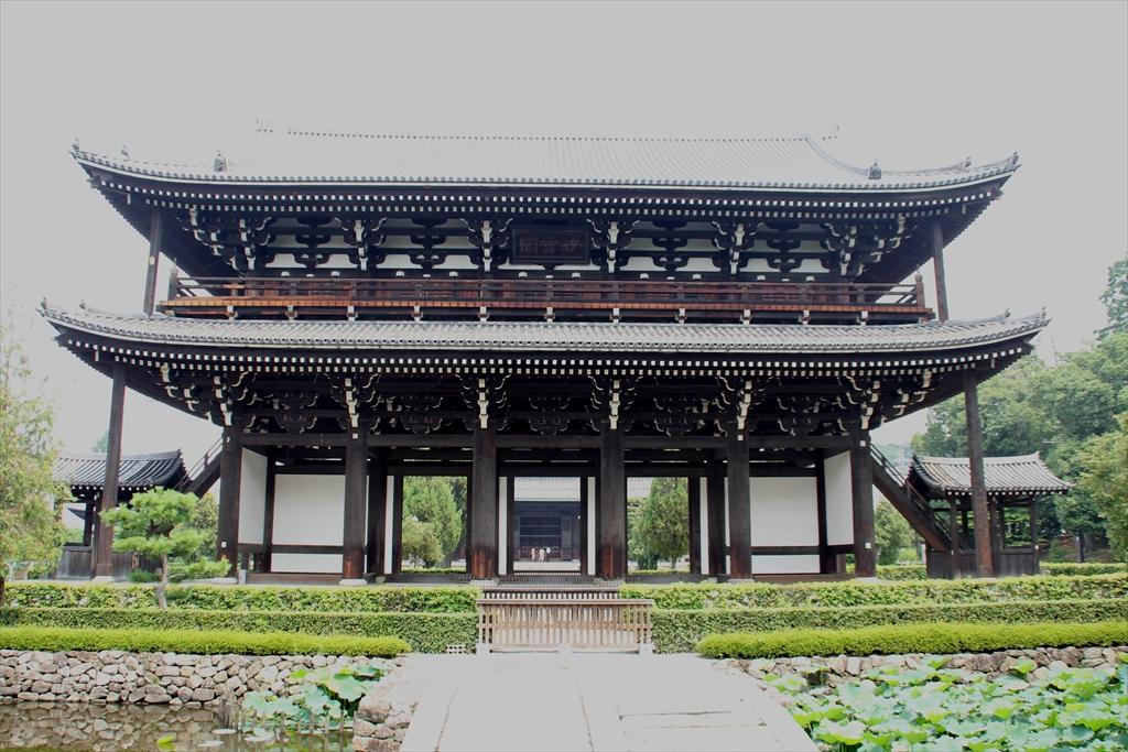 東福寺三門を正面から池越しに見る