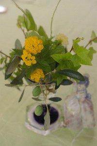 テーブルのお花オリーブ