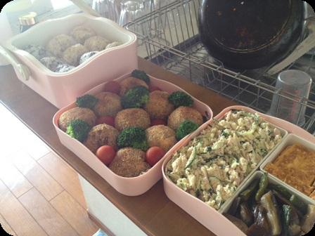 お弁当(コロッケ・おにぎり・おからサラダ・だし巻き卵焼き・茄子と胡瓜の煮物)