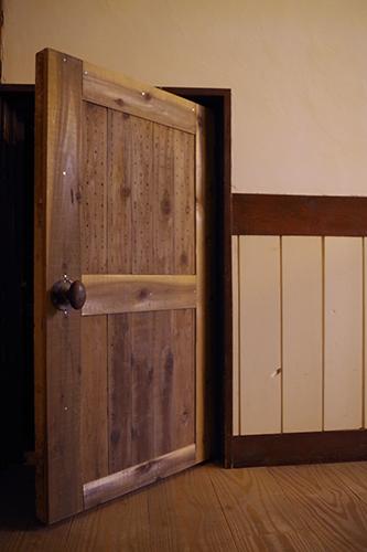 倉庫扉をアンティーク風にリメイク