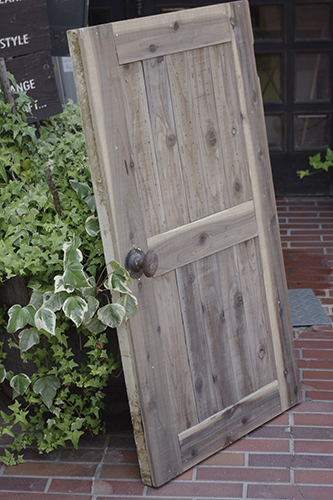 古材風に仕上げたリメイク扉