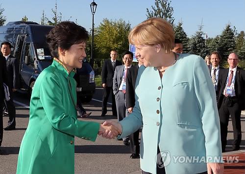 2013年9月6日(現地時間)、朴槿恵は、ロシアでドイツのメルケル首相と会談し、「日本は歴史を見つめながら未来志向の(日韓)関係を発展できるよう取り組んでほしい」と述べた。