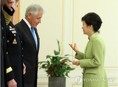韓国の朴槿恵(パク・クンヘ)大統領は2013年9月30日、来韓中のヘーゲル米国防長官と会談した