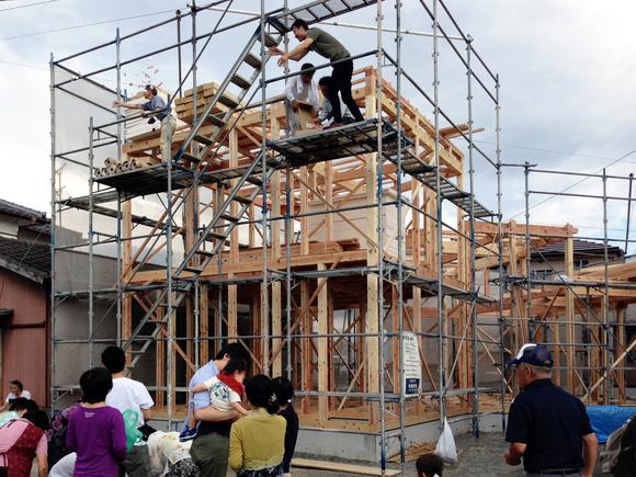 段々屋根の家 棟上げ
