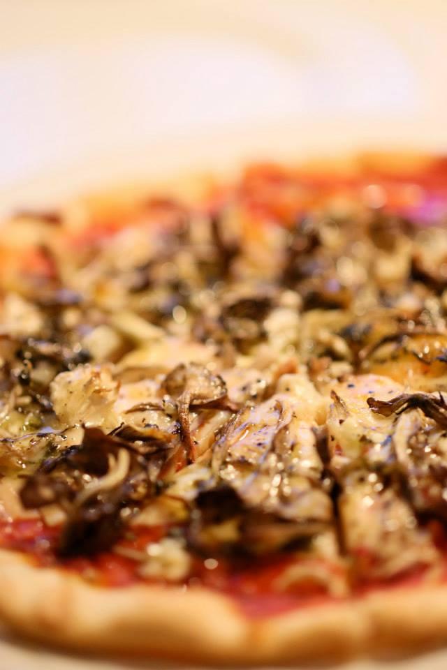 舞茸とニンニクのピザ