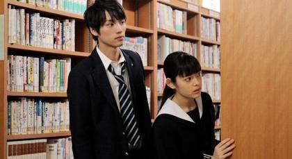 『江ノ島プリズム』 右がタイム・プリズナーとなった女学生を演じた未来穂香。