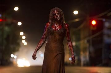 リメイク版『キャリー』 豚の血を浴びせられて血だらけのキャリー