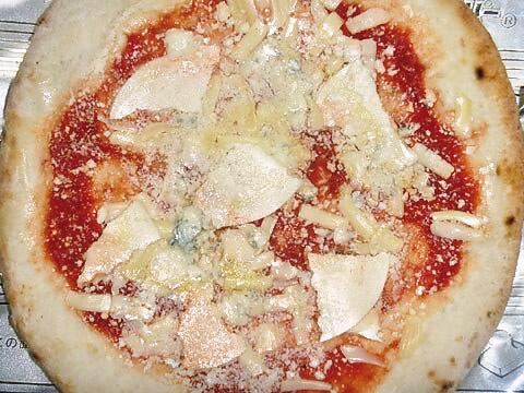 ピザレボの「クワトロフォルマッジョ・ロッソ」 焼く前