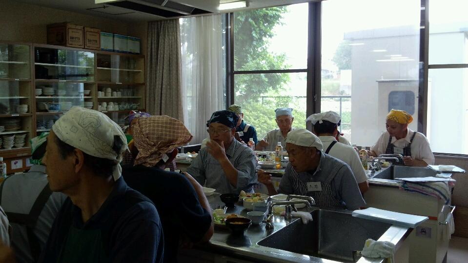 楽しい男性の料理教室の風景