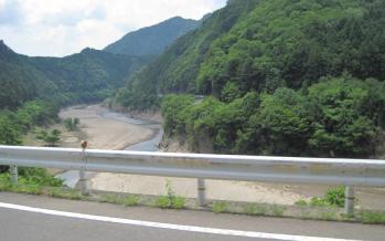 日高川沿いを東へ