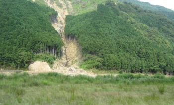 対岸の道路が完全に破壊