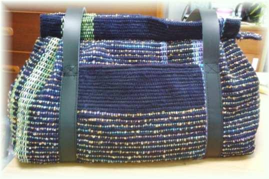 紺色の台形バッグ