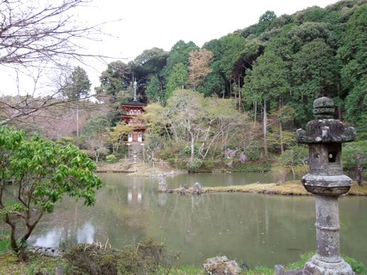 宝池と三重塔