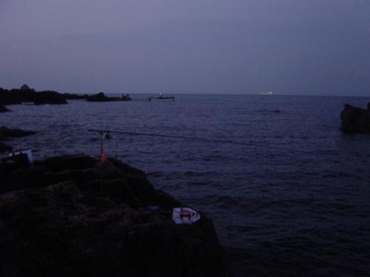 今日の釣り座と遠くに漁運丸