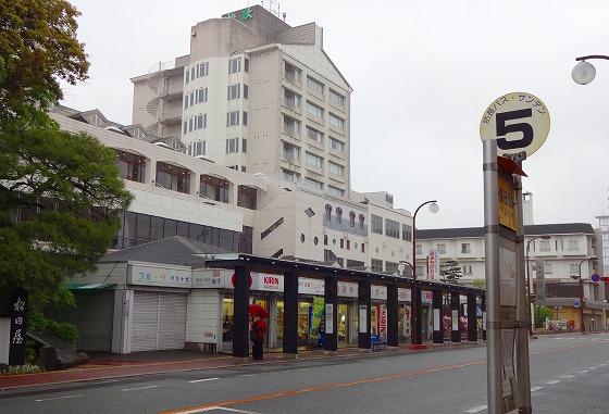 130424湯田温泉バス停と松政