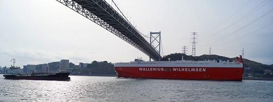 130424関門橋下を通る船