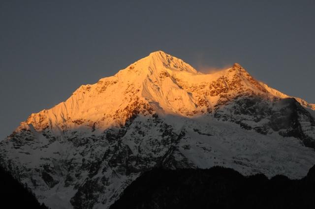 朝日に燃える梅里雪山