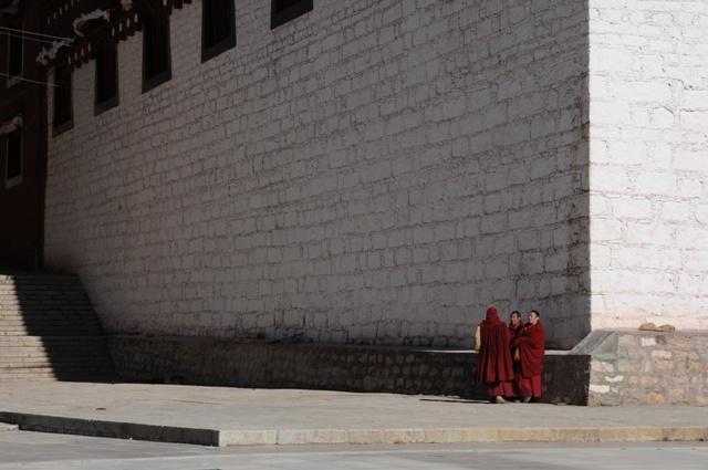 噂話する僧侶