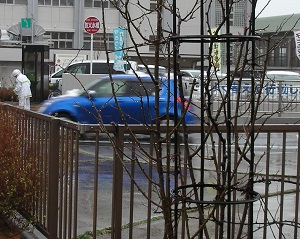 雪を乗せた車