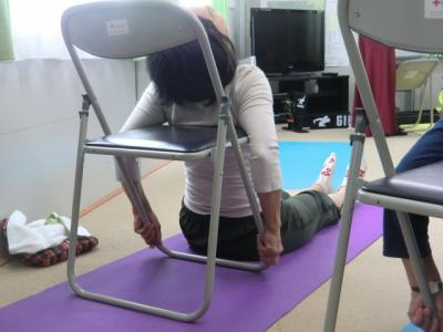 背中を椅子にもたれて
