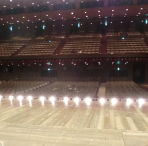 舞台に立つ