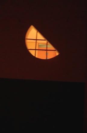 茶室に昇る月