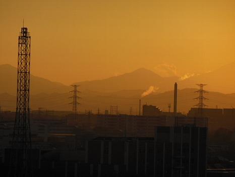 煙突の向こうの富士